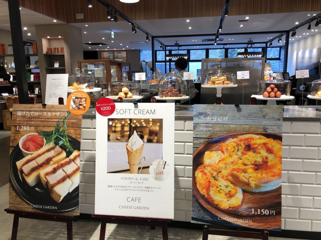 チーズガーデン那須本店内のカフェのケーキ各種