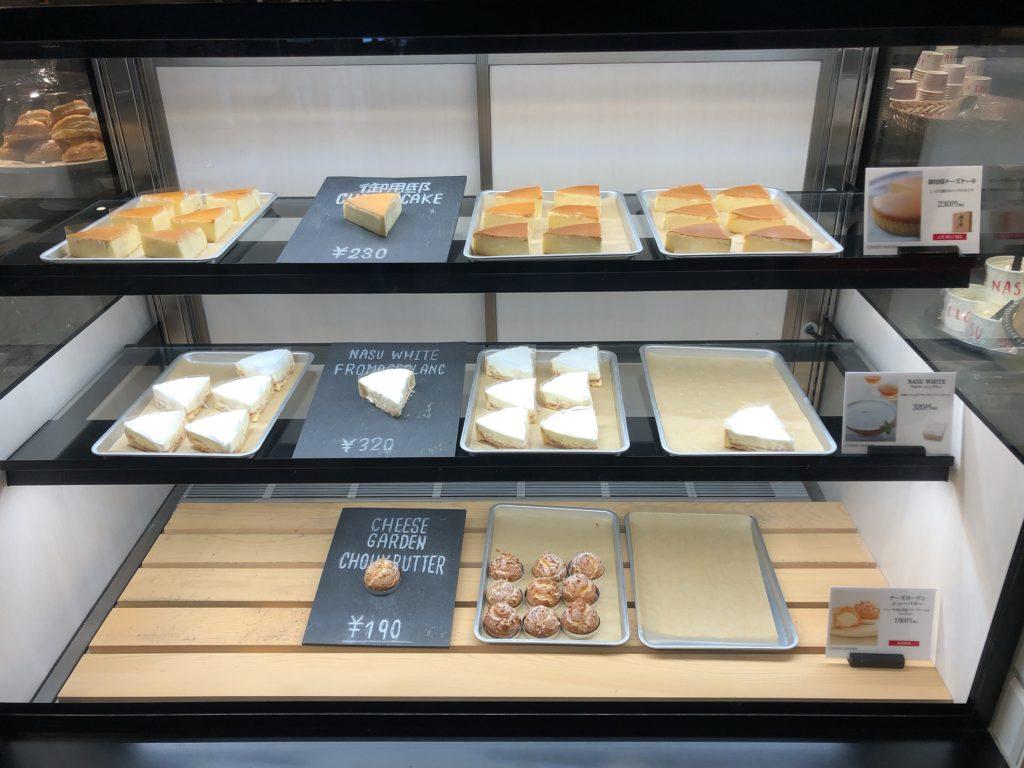 チーズガーデン那須本店内のカフェのショーケース