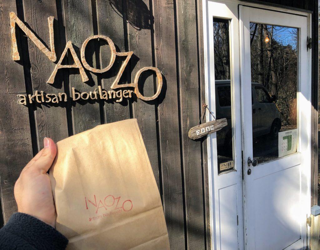 NAOZOの外観と購入したパン